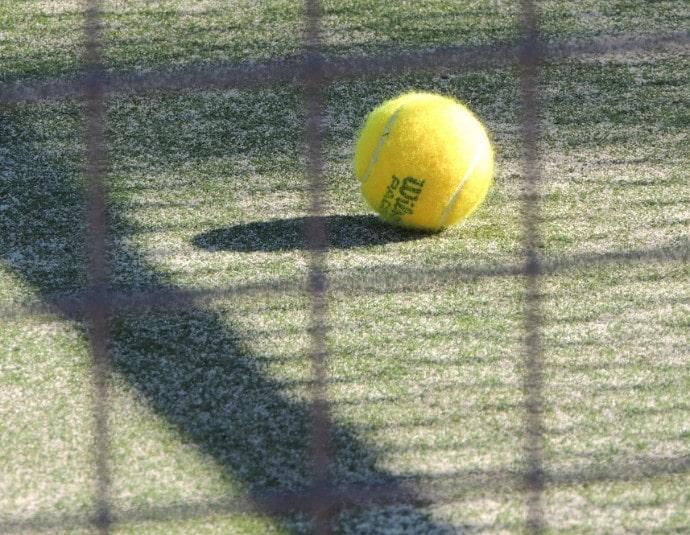 コートでのテニスボール