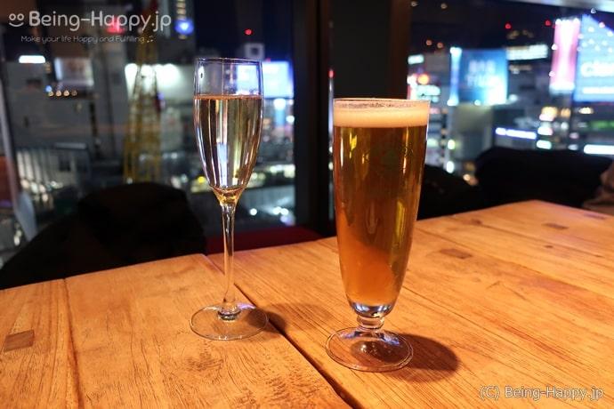 メゾンカイザーテーブルで渋谷の夜景をバックにお酒を飲むのもいいです