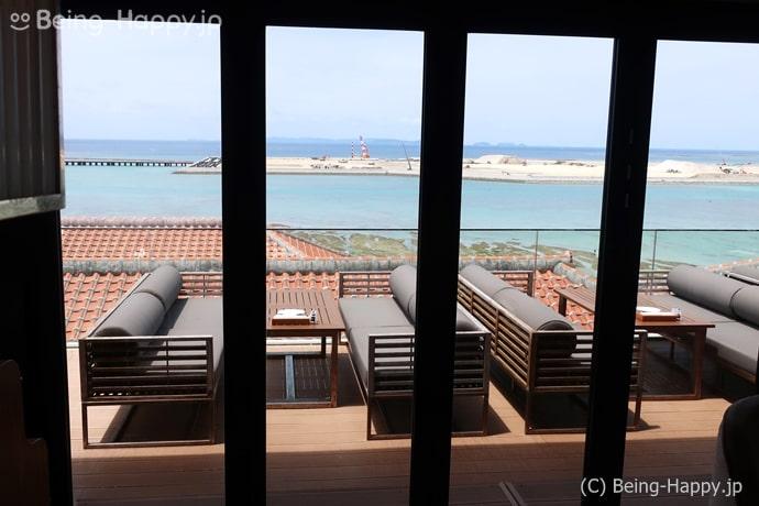 瀬長島の南イタリアン POSILLIPO ポジリポの店内から見たテラス席と海