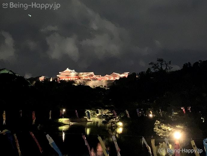 夜の首里城のライトアップ
