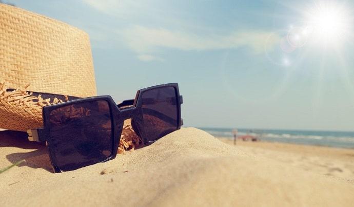 紫外線対策アイテムの例、帽子とサングラス