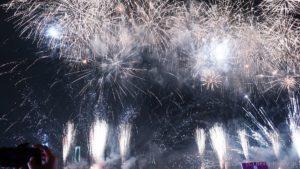 レインボーブリッジをバックに打ち上げられる12000発の花火たち