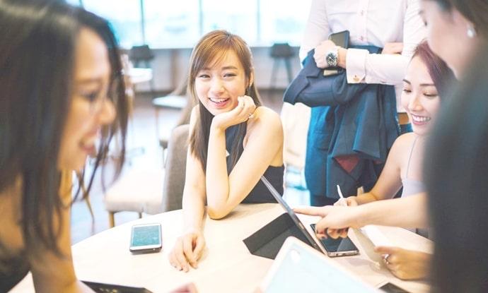 だんだん外国人に慣れていく日本人の女性