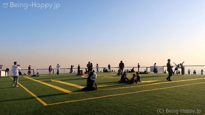 渋谷スカイ 夕暮れ時の芝生広場