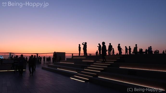 渋谷スカイ 夕暮れ時 思い思いに写真を撮る人々