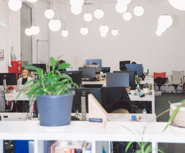 テレワークを導入する先進的な企業のオフィスのイメージ